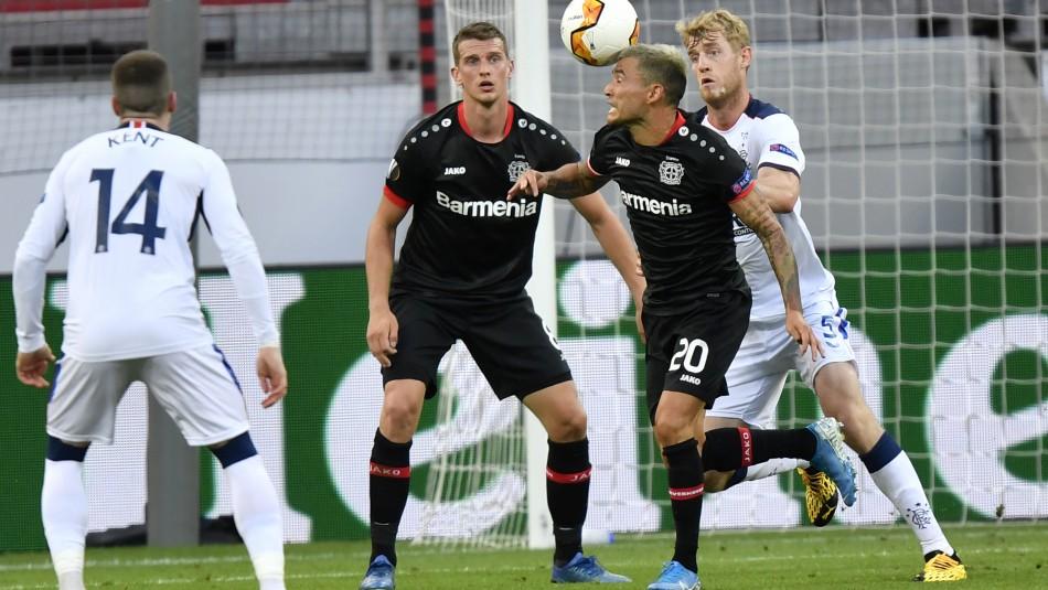 Charles Aránguiz celebra con Leverkusen.