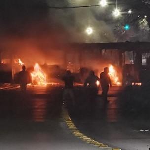 Carabineros son atacados con armas hechizas y bombas molotov por sujetos que quemaron un bus