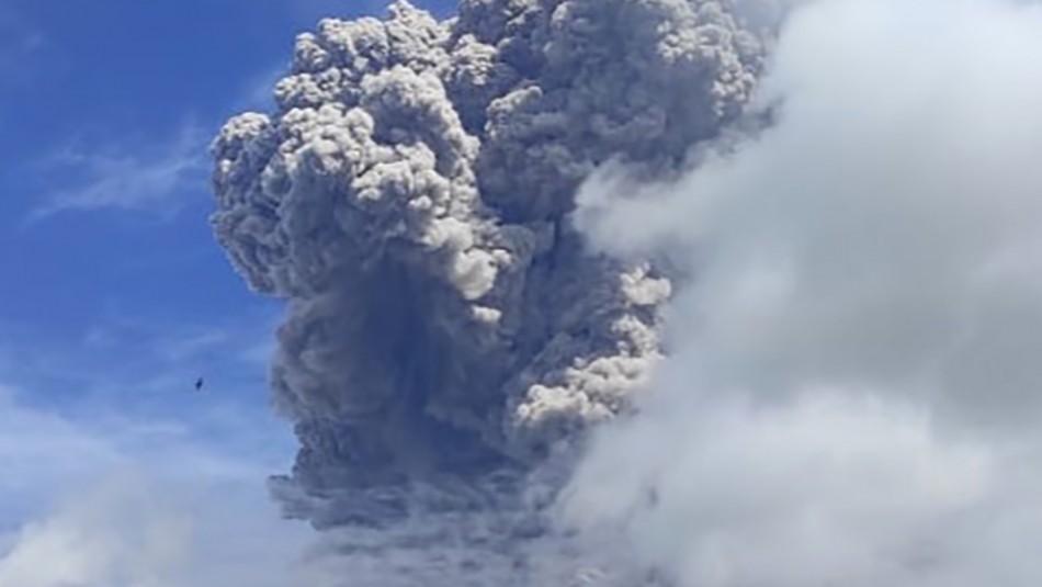 Video muestra la impresionante erupción de un volcán en Indonesia