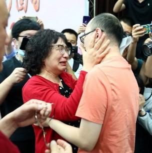 Mujer encuentra a su hijo secuestrado tras buscarlo por 32 años en China