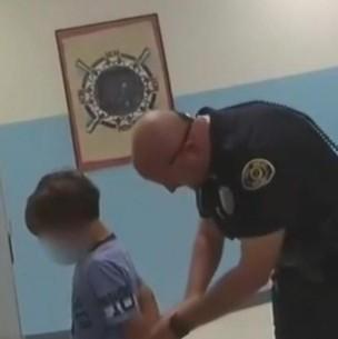 Conmoción en EEUU: Video muestra arresto de un menor de ocho años en una escuela