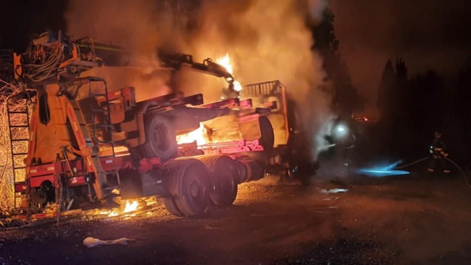 Ataque incendiario deja dos camiones y maquinarias destruidas en Valdivia