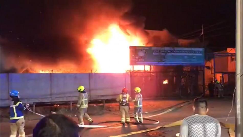 Incendio afecta a oficinas y vehículos de importadora en la Zona Franca de Iquique