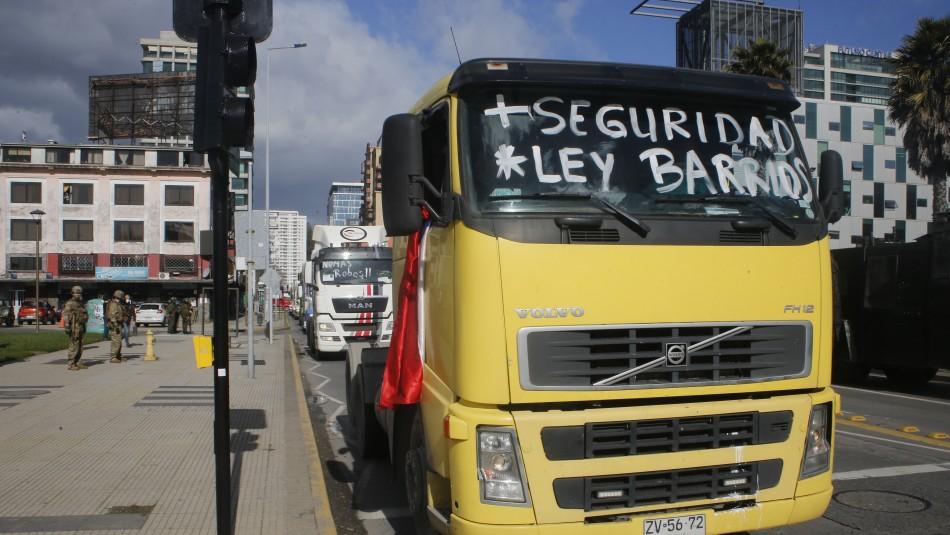 Piñera firma proyecto que aumenta penas por quema de camiones: