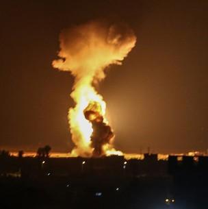 Israel ataca posiciones de Hamás en la Franja de Gaza por lanzamiento de globos incendiarios