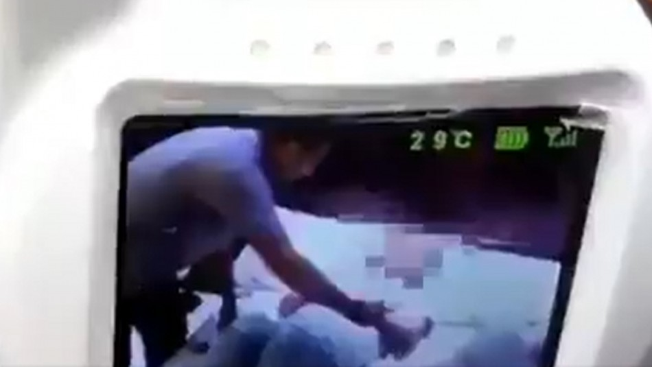 Video muestra a presunto juez de Iquique maltratando a su madre postrada