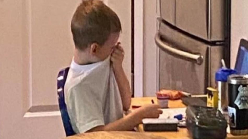 Madre fotografía a su hijo llorando: No entendía la clase online y sentía gran frustración
