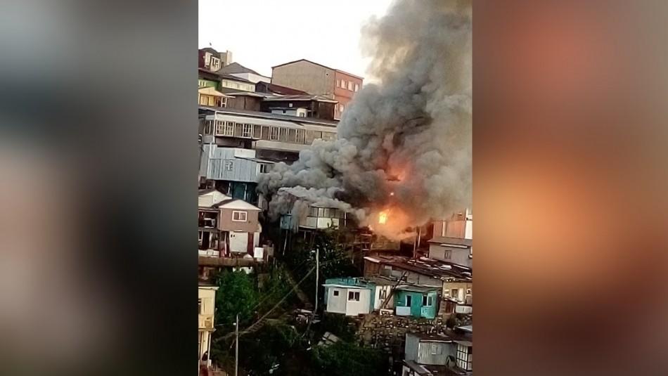 Violento incendio afectó a casas en cerro Toro de Valparaíso