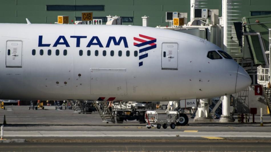 Latam reabre rutas internacionales desde Santiago y aumenta flujo de vuelos locales