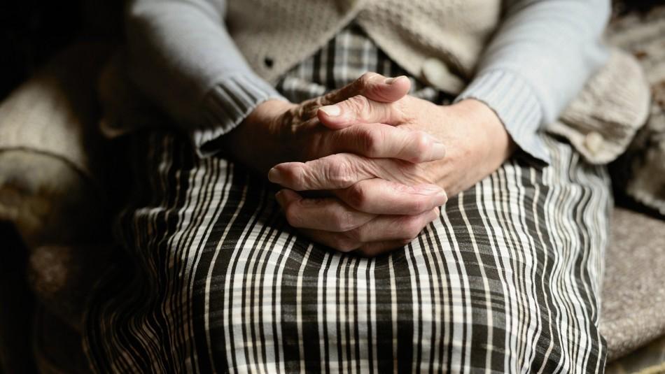 Perdieron su trabajo: Jóvenes humillaron a una anciana que cuidaban y lo publicaron en redes