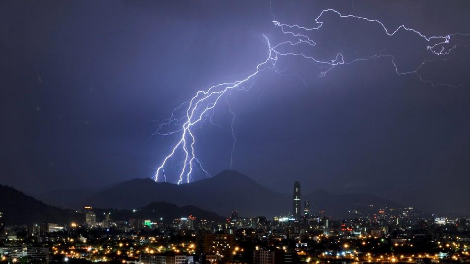 Emiten aviso por posibles tormentas eléctricas entre la Región Metropolitana y el Biobío