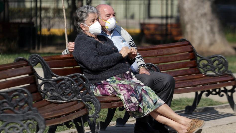 Adultos mayores que vivan en comunas en transición podrán salir de lunes a viernes