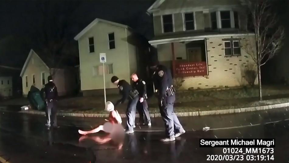Video muestra cómo policías asfixian a hombre afroamericano en EE.UU