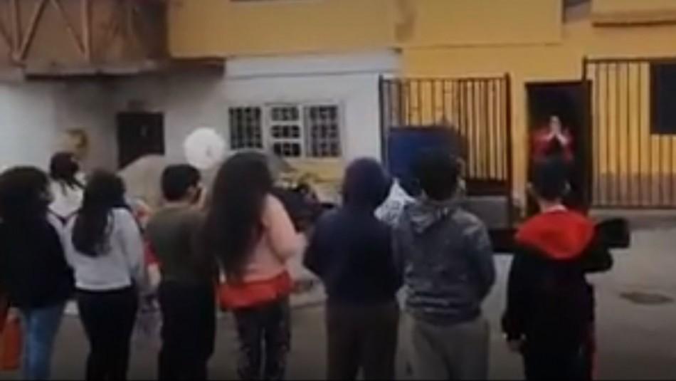 Alumnos sorprenden a profesora el día de su cumpleaños para agradecer su trabajo en pandemia