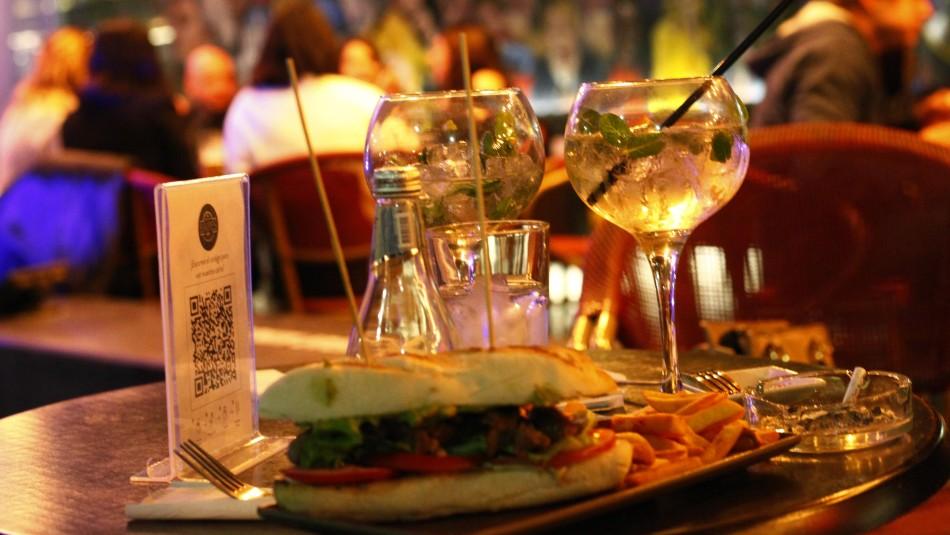 Ministro Paris pide no consumir alcohol en bares de comunas en