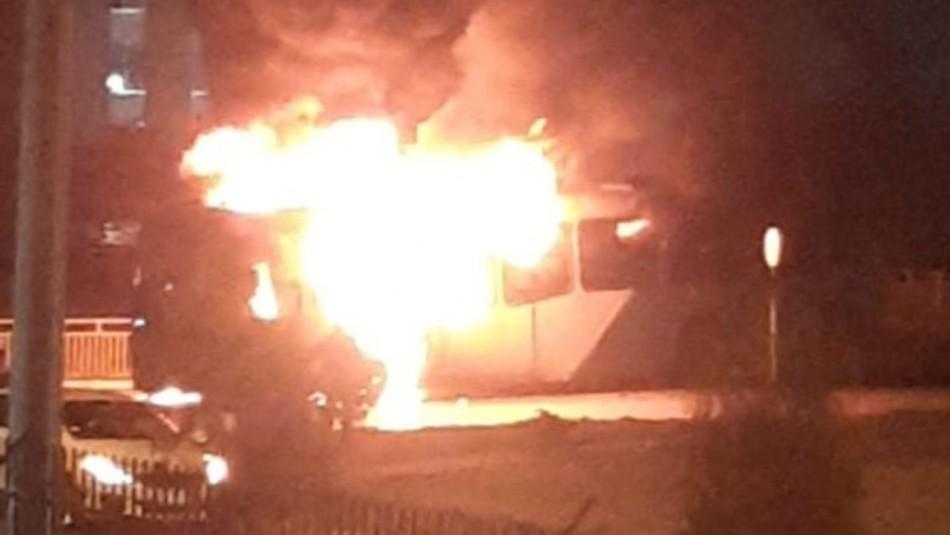 Desconocidos queman bus del Transantiago en Cerro Navia