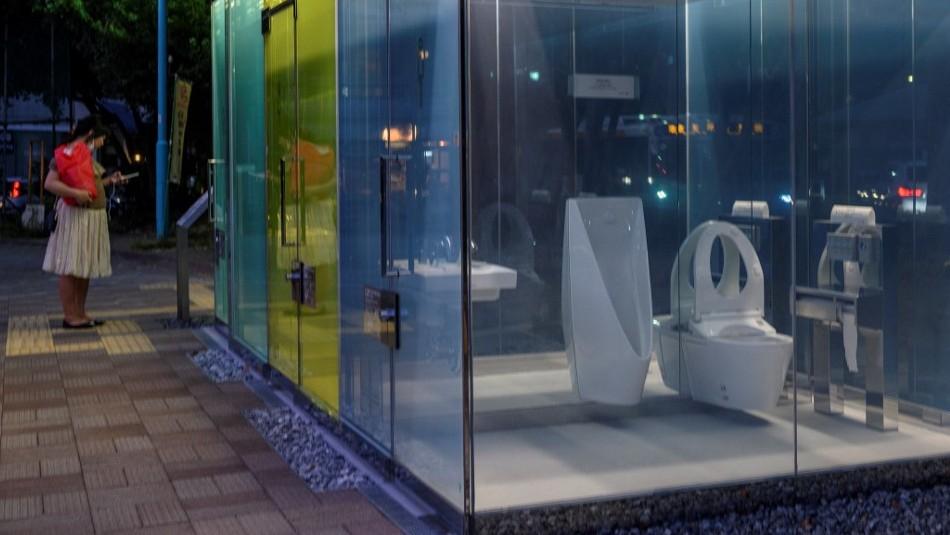 Tokio instala baños públicos transparentes que tienen un particular truco