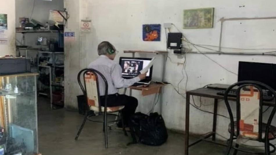Profesor mexicano se vuelve viral: No tiene Internet en casa y va a un cyber para dar sus clases