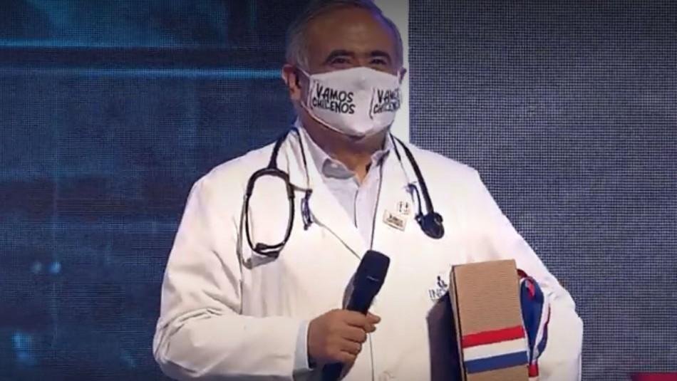Doctor Ugarte se emocionó por especial regalo de tejedoras: Lo dedicó a fallecido amigo