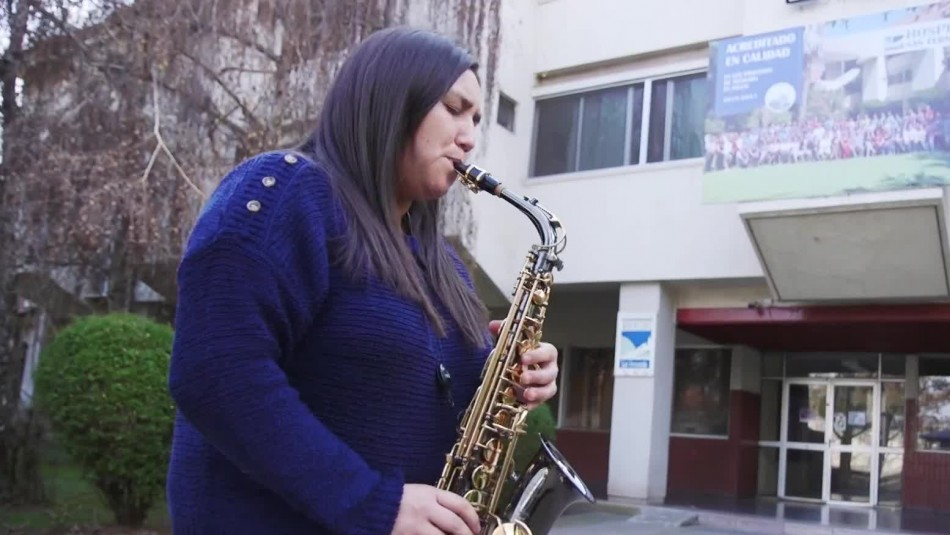 La emocionante historia de nieta que tocaba el saxo para abuelos internados por coronavirus