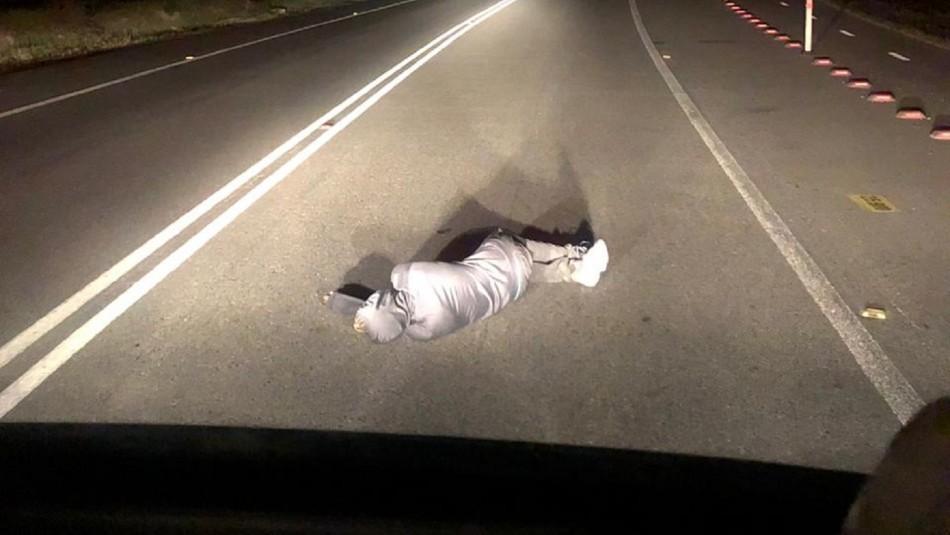 Hombre fue sorprendido durmiendo en la calzada de transitada carretera y en toque de queda