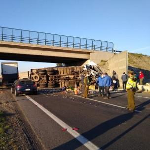 Fuerte colisión entre dos camiones en Ruta 5 Sur genera alta congestión