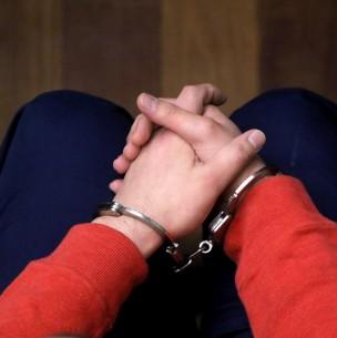 Niño de 14 años frustra femicidio de su madre enfrentando con un palo al agresor