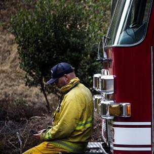 Coronavirus complica labores de bomberos en incendios que afectan a California