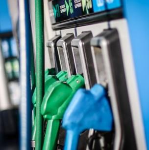 Precios de las bencinas bajarán a partir de este jueves