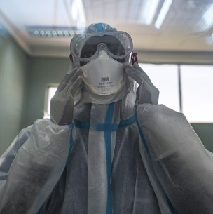 Enfermera muestra cómo quedan sus manos tras extenso turno atendiendo a pacientes con covid