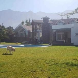 Piscina, 9 habitaciones y discoteca: La lujosa casa que Arturo Vidal vende en $1.500 millones