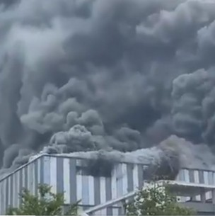 Gran incendio afecta edificio de Huawei en China