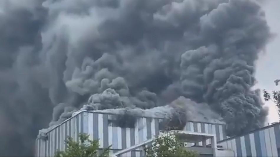 Gran incendio afecta edificio de Huawei en China