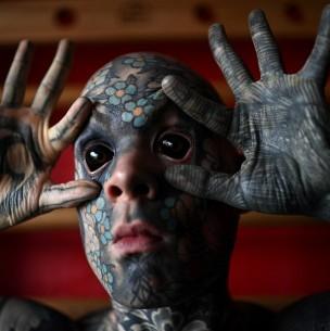 ¿Asusta a sus alumnos? Profesor tatuado hasta el blanco de los ojos que causa estupor en Francia