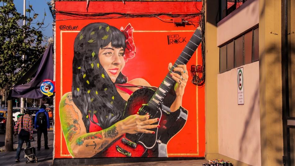 Vandalizan mural de Mon Laferte con mensaje alusivo al Rechazo