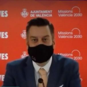 Concejal simula hablar en inglés usando mascarilla mientras otro dobla su voz