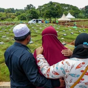 Padre y sus bebés gemelos fallecen por deslizamiento de tierra en Indonesia