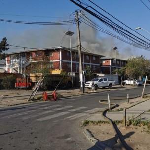 Incendio afecta a edificio de departamentos en Lo Prado