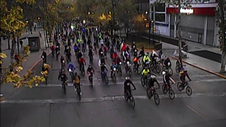 Ciclistas generan congestión en distintos puntos de Santiago