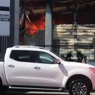 Videos del incendio que afecta a la pesquera Camanchaca en Talcahuano