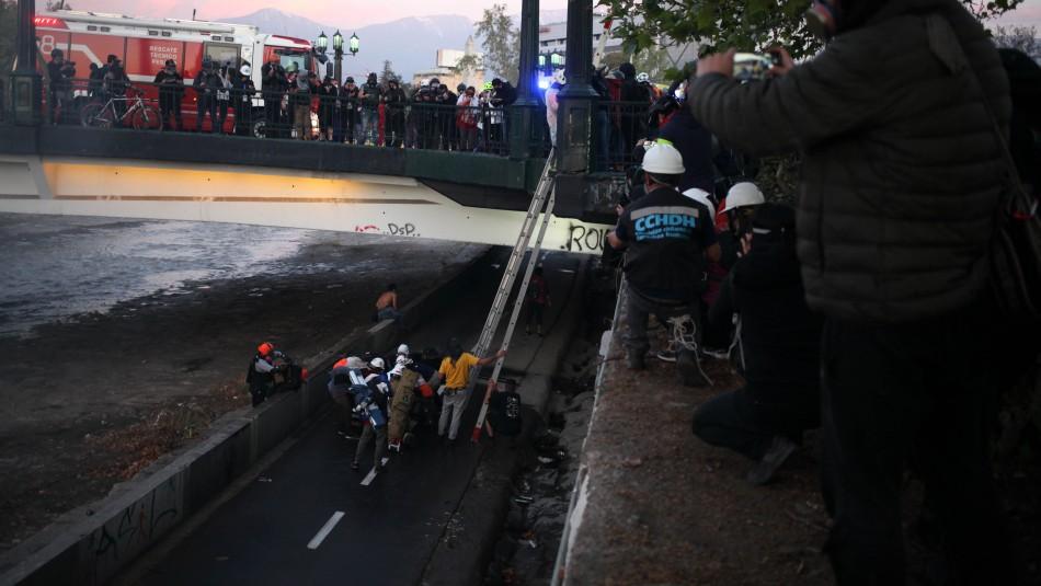 Persona cae al Río Mapocho en medio de incidentes registrados en Plaza Italia