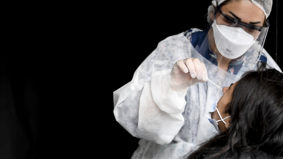 Vómitos y aversión a la luz: Los síntomas de mujer que perdió líquido cerebral tras test PCR
