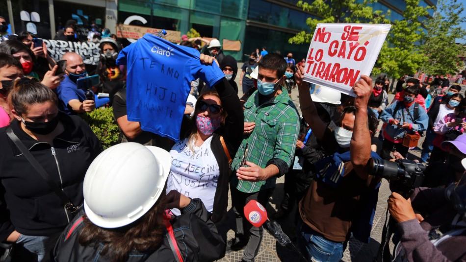 Manifestación en las afueras de la clínica Santa María por joven que cayó de un puente