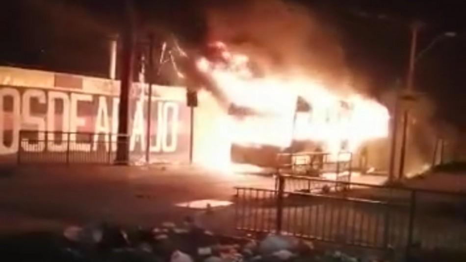 Queman bus del Transantiago y detienen a 5 personas por ataque a comisaría en Bajos de Mena