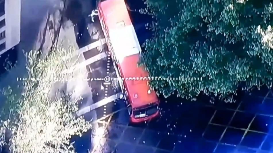 Atacan bus del Transantiago en medio de manifestaciones en Plaza Italia