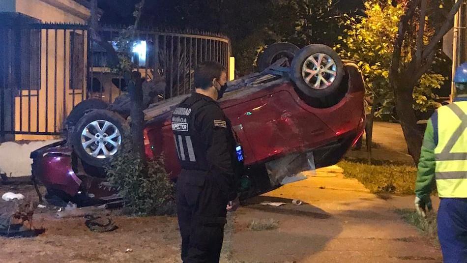 Vehículo volcó y quedó incrustado en antejardín de un domicilio en Ñuñoa