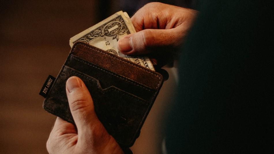 Joven recibió más de $38 millones tras pagarle cena a mujer que olvidó su billetera