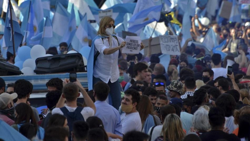 Argentinos realizan masivo banderazo en contra del gobierno y el confinamiento