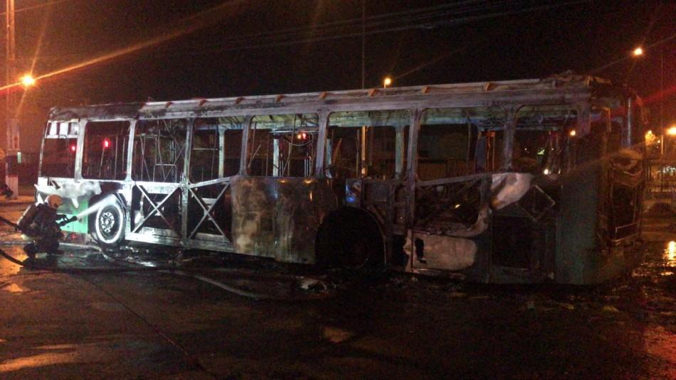 Desconocidos incendian bus del Transantiago en Pedro Aguirre Cerda