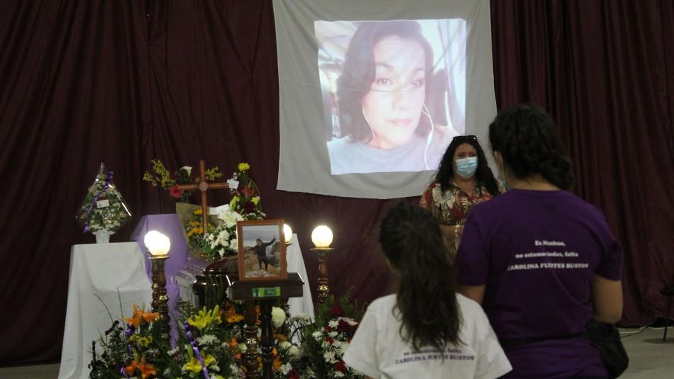 Cuerpo de Carolina Fuentes llega al gimnasio de Ninhue para ser velada